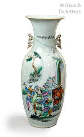Chine, vers 1960 Grand vase en porcelaine et émaux de la famille rose représen