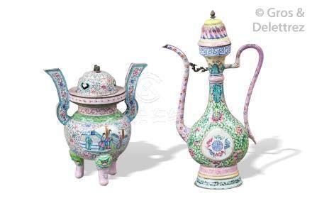 Chine, XIXe siècle  Brûle-parfum tripode couvert en émaux de la famille rose su