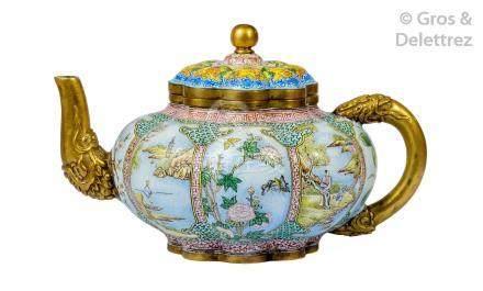 Chine, XVIIIe siècle. Petite théière de forme polylobée, à décor en émaux dit