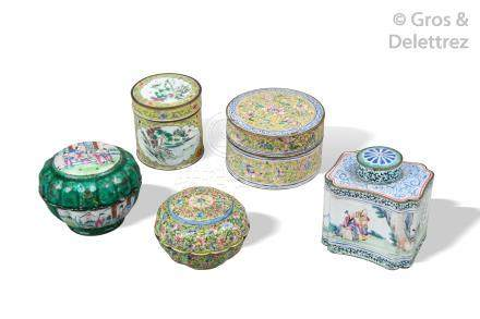 Chine, XIXe siècle  Lot de quatre boites couvertes, un flacon à thé en émaux de