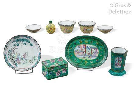 Chine, XIXe siècle  Lot comprenant deux coupes couvertes en émaux de la famille