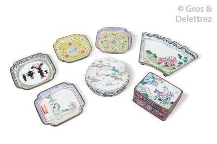 Chine, XIXe siècle Ensemble de sept pièces en émaux de la famille rose sur cui