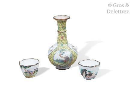 Chine, XIXe siècle Lot comprenant un vase pansu à long col en émaux de la fami