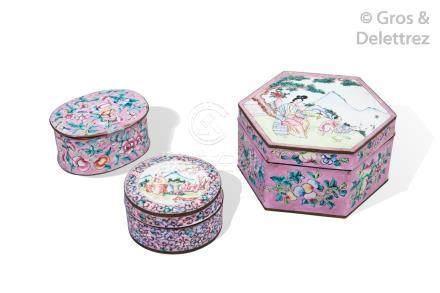 Chine, XIXe siècle Lot de trois boîtes couvertes dont l'une de forme hexagonal