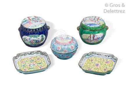 Chine, fin XIXe siècle  Ensemble composé de deux sorbets et soucoupes circulair