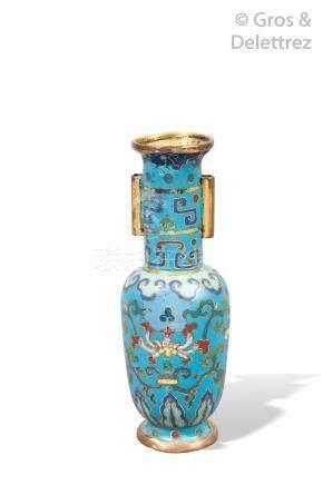 Chine, début XVIe siècle  Petit vase à encens reprenant la forme d'un vase à fl