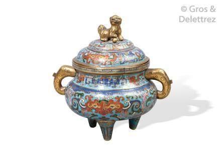 Chine, période Ming, début XVIIe siècle  Vase archaïsant couvert reposant sur t