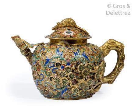 Chine, XIXe Petite théière en émaux cloisonnés sur cuivre doré à décor de fleu