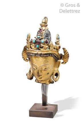 Tibet, XVIIIe siècle  Tête de divinité en bronze doré, couronnée d'un diadème s