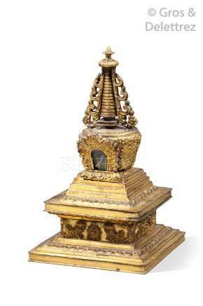 Tibet, XIXe siècle  Stupa en bronze doré, reposant sur une base ornée de lions