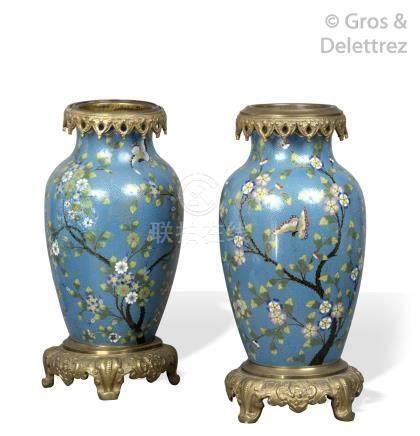 Chine, vers 1900, monture européenne de la même époque Paire de vases en forme