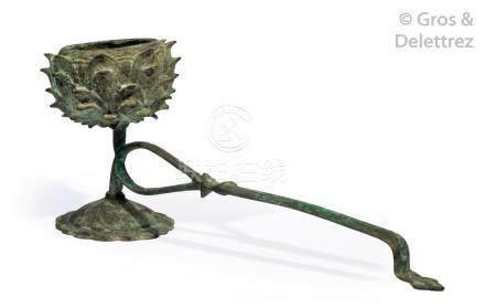 Chine, période Ming  Lampe à huile en bronze, le récipient en forme de lotus.