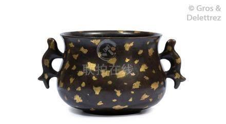 Chine, XIXe siècle  Brûle-parfum en bronze de type gilt-splashed, orné de deux
