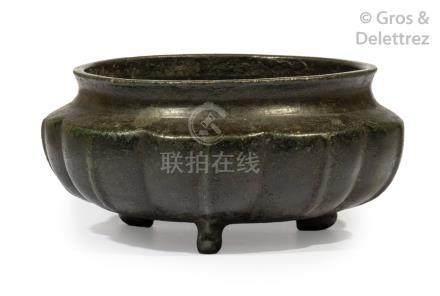 Chine, XIXe siècle  Brûle-parfum tripode à panse annelée en bronze de patine br