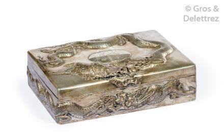 Chine, travail de Canton, vers 1900  Coffret à abattant en argent, à décor repo