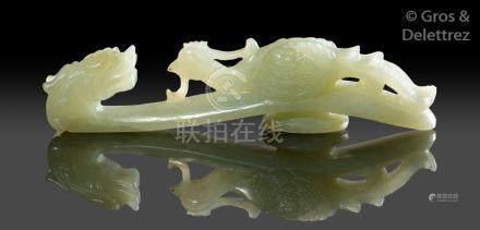 Chine, période Jiaqing  Fibule en jade céladon, à décor de dragon sur lequel es