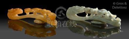 Chine, période Jiaqing  Deux fibules en jade, l'une de couleur grise, l'autre e