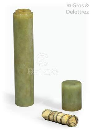 Chine  Porte message cylindrique en jade jaune, à décor de poèmes de Qianlong.