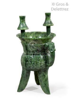 Chine, vers 1950  Vase de type Xia tripode en jade vert foncé, à décor de masqu