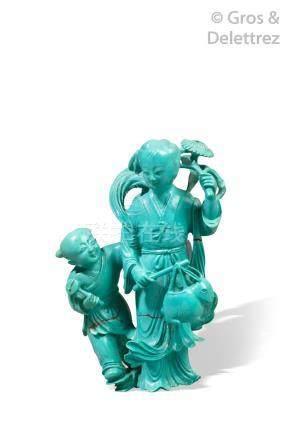 Chine, vers 1930  Groupe en turquoise, représentant une jeune femme tenant une