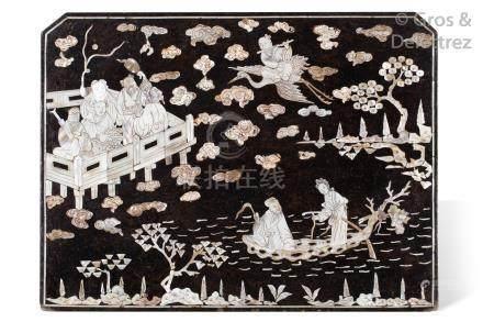 Chine, XVIIIe siècle Panneau en bois laqué noir à décor incrusté de nacre repr