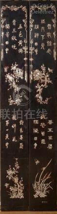 Indochine, vers 1880  Paire de grands panneaux verticaux en bois laqué noir, à