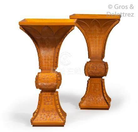 Chine, République, début XXe siècle  Paire de vases Gu en bois clair, finement