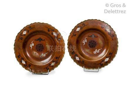 Indochine, vers 1930  Paire de plats en cuivre de couleur brun clair niellé et