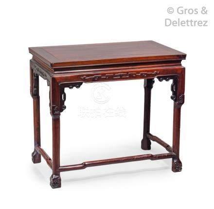 Chine, vers 1900 Petite table en bois de rose, à ceinture décorée de grecques