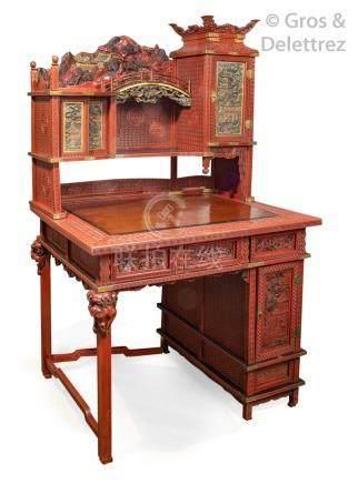Japon, période Meiji Bureau à gradin en laque rouge finement sculptée de grecq