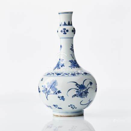 A Chinese blue and white 'Transitional' vase