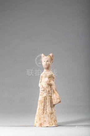 Dame de cour vêtue d'une longue robe plissée et ceinturée sur les hanches porta