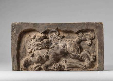 Brique de sanctuaire ornée d'une chimère au galop. Terre cuite. Chine. Dynastie