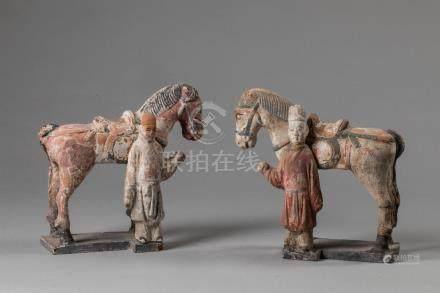 Paire de chevaux harnachés figurés à l'arrêt les quatre jambes au sol retenu ch