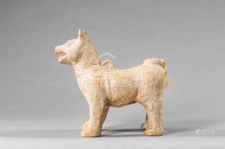 Figuration d'un chien debout en arrêt à l'allure féroce, gueule ouverte sur une
