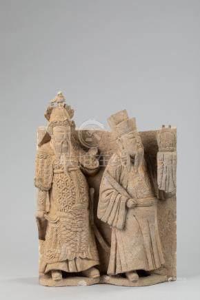Haut relief de sanctuaire sculpté de deux dignitaires vêtus de leur vêtement de