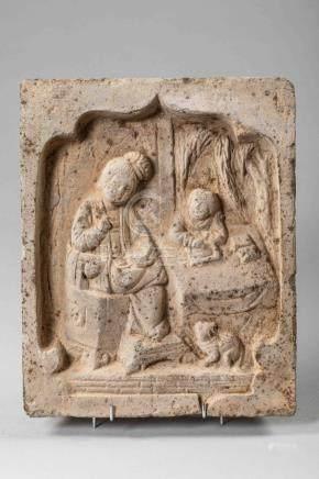 Brique funéraire illustrant deux personnages et un animal assis dans une arcatu