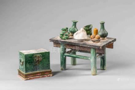 Modèle de mobilier composé d'un coffre et d'une table dressée de six offrandes.