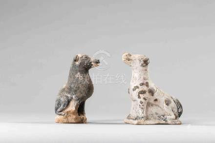 Paire de chiens en terre cuite blanche à engobe et polychromie. Chine. Dynastie