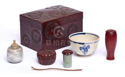 Boîte rectangulaire en laque kamakurabori avec service à thé , dans le style du
