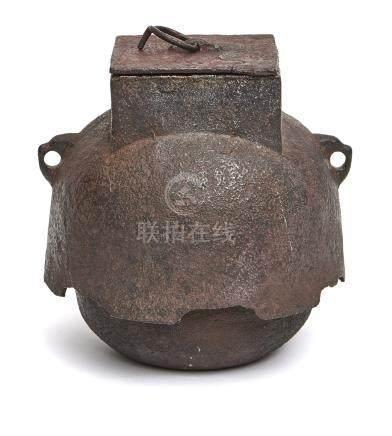 Bouilloire en fer en forme de dôme (chagama), avec une ouverture carrée et un c