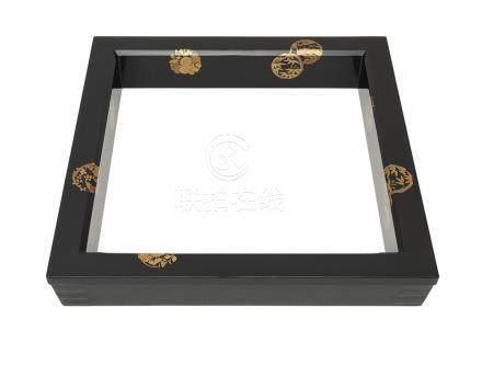 Robushi laqué noir (cadre carré placé autour d'une gazinière à thé) décoré de r