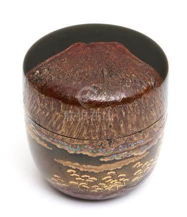 Boîte à thé laquée (natsume) décorée d'un Mont Fuji en laque takamakie rouge so