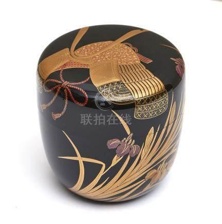 Grande boîte à thé laquée (natsume) décorée sur le couvercle d'un casque Kabuto