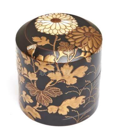 Boîte à thé ronde laquée noire (natsume), décorée de fleurs de chrysanthèmes en
