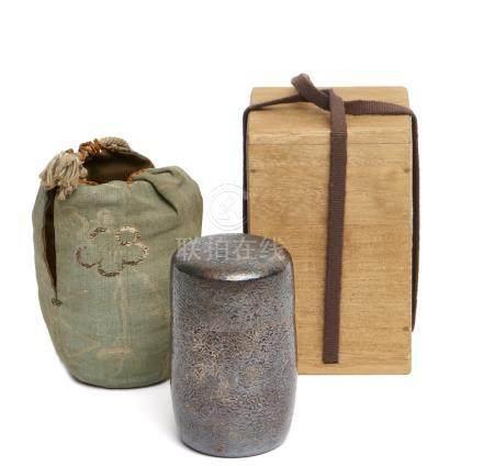 Fine boîte à thé (natsume) en argent, dans une boîte. Marque au-dessous «Argent