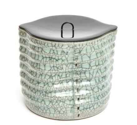 Pot à eau Nabeshima en céladon (mizusashi), en forme de bambou à couvercle laqu