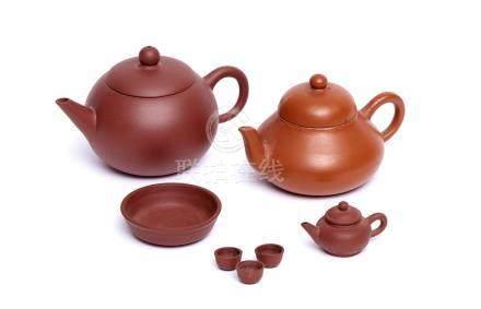 Collection de trois petites théières chinoises marron, de style Yixing: Une tou