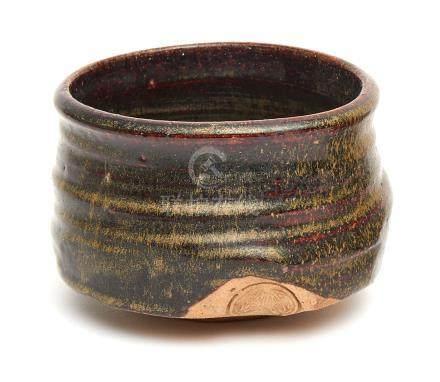 Bol à thé Oribe en forme de sabot, avec un mon Tokugawa. Fin période Edo.H.: 9