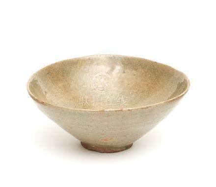 Grand bol à thé Coréen, Céladon, Goryeo, 14ème siècle. H.: 7 cm; D.: 17 cm et D